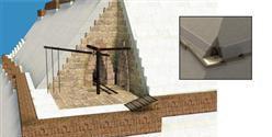 Открытые до последнего момента угловые участки спирального коридора позволяли рабочим при помощи простых рычагов и верёвок поворачивать поднимаемые по наклону блоки на 90 градусов